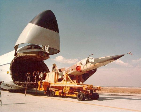 الموسوعه الفوغترافيه لصور القوات الجويه الملكيه السعوديه ( rsaf ) F-5_unloading